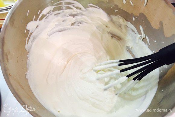 Займемся кремом: взбить венчиком холодные сливки в чаше с сахаром и ванилином, до тех пор, пока они не будут держаться на венчике (начать миксером, закончить вручную).