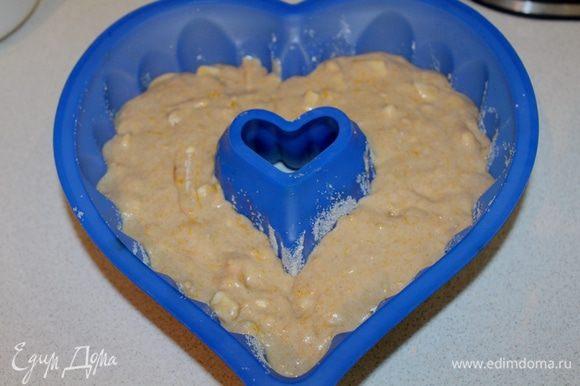 Выкладываем тесто в смазанную форму для кекса, круглую с дырочкой в середине.