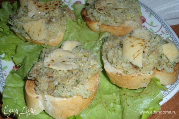 Намазываем брускетты тапенадом, по желанию натираем любимый сыр и сбрызгиваем бальзамическим уксусом (у меня спрей) и угощаемся!