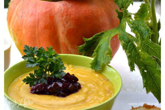 Перелить суп в тыкву-супницу и подавать на стол. В порционные тарелки поверх супа выложить карамелизованные кубики свеклы. Подавать с гренками. Приятного аппетита!