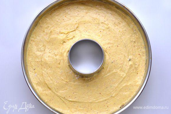 Форму для кекса посыпать мукой, выложить ореховое тесто, аккуратно ровняя спатулой, затем слой шоколадного теста, затем пряно-цитрусовый слой.
