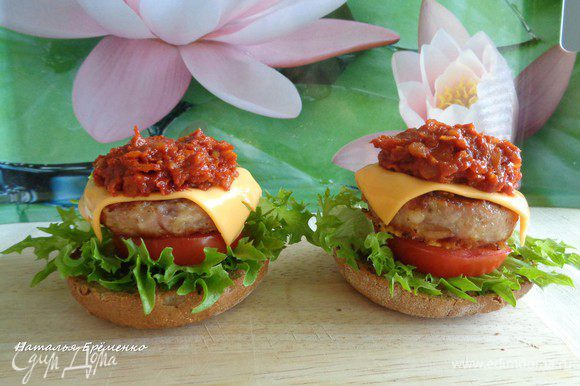 Собираем чизбургер: 1 - нижняя часть булочки 2 - лист салата 3 - кружок помидора 4 - бургер 5 - пластинка сыра (у меня плавленный сыр Чеддер) 6 - соус барбекю (щедро) 7 - верхушка булочки