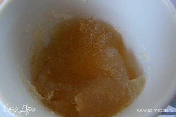 А теперь готовим крем. Желатин заливаем водой, даем набухнуть и растапливаем или на водяной бане или в микроволновке.