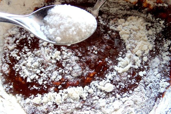 Немного ванили и разрыхлителя. Если шоколад сладкий,очень кстати будет щепотка соли для контраста. Это всё мои дополнения. В оригинале этого нет.
