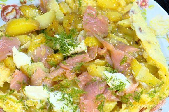 В омлет выложить семгу, сливочный сыр, посыпать измельченным укропом и снять сковороду с огня.