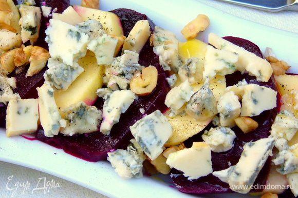Орехи нарежьте, сыр поломайте кусочками или же разомните вилкой. Яблоки со свеклой посыпьте сыром и орехами, отправьте на 3-5 минут в духовку прогреться. Смешайте уксус с оливковым маслом, солью, перцем и щепоткой сахара, полейте салат и сразу подавайте. Приятного аппетита!!!
