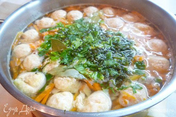 Добавляем лавровый лист, специи, зелень, даем закипеть и выключаем готовый суп. Дать настояться под крышкой 10-15 минут.