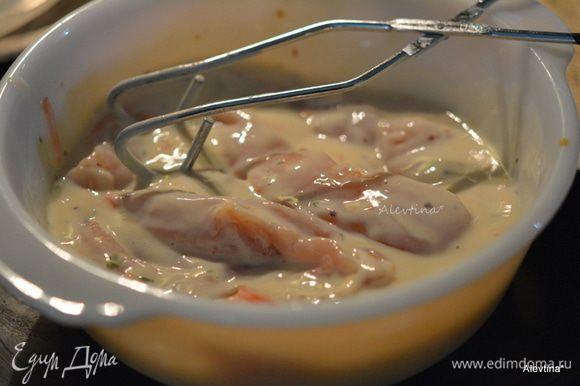 Снять кожицу с куриных грудок, нарезать полосками не тонко. В одной емкости смешать кефир, горчицу, соль и перец. Во втором блюде хлебную крошку сухую. Сначала обмакнуть грудки в кефирную жидкость.