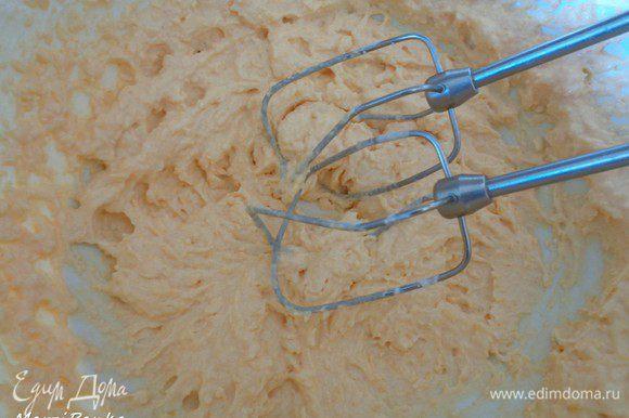 Взбить сыр и тыквенное пюре при помощи электрического миксера на средней скорости пока масса не станет однородной.