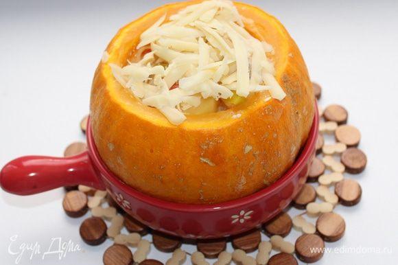 Посыпать сверху натертым сыром, запекать 15-20 минут.