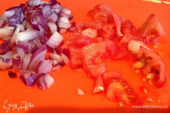 Лук и помидоры мелко нарежьте (при желании у помидора снимите кожицу).