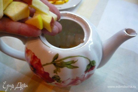 Чайник ополоснуть кипящей водой, положить в него яблоки, апельсины.