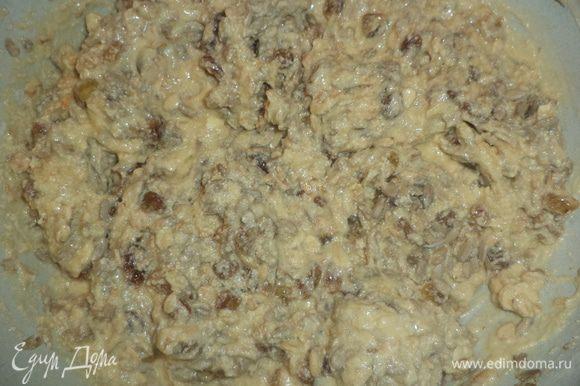 Всыпать муку, перемешанную с разрыхлителем и солью, добавить овсяные хлопья, перемешать. Добавить обсушенный изюм и семена подсолнечника, замесить рыхлое тесто.