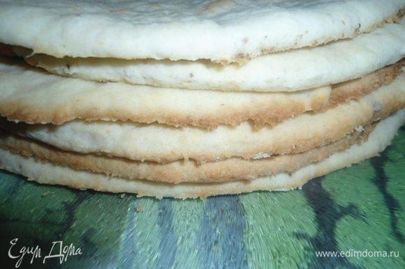 У меня вышло 8 коржей. Обрезки от коржей нам пригодятся для обсыпки торта, когда остынут, измельчите их.