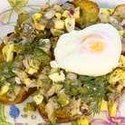 На обжаренный хлеб выложить селедочную начинку, сверху поместить оставшееся яйцо пашот и украсить веточками укропа.