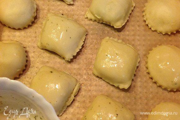 Выложить пирожки на противень, смазанный растительным маслом. Для красивого цвета смазать желтком (я смешала его с сушеным укропом).