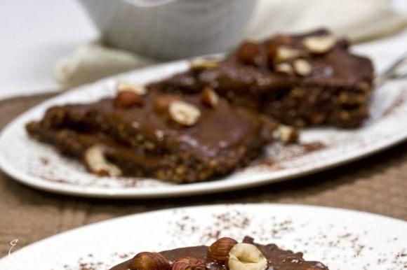 Верхний слой пирожного так же смазать кремом и украсить половинками орехов. Приятного аппетита!