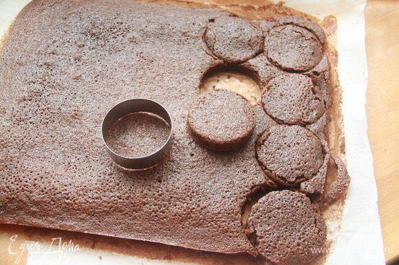 Бисквит разрезать на порционные куски. Бисквит очень мягкий, нежный, в меру влажный, не требующий дополнительной пропитки!
