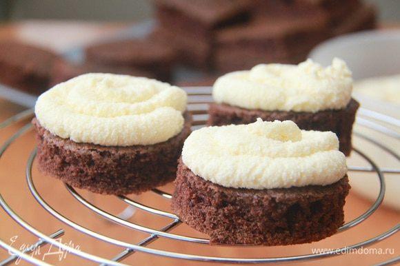 Шоколадный кружок смазать кремом, накрыть второй половинкой бисквита. Пока готовится ганаш, убрать пирожные в холодильник.