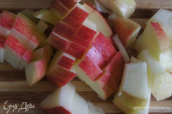 Яблоки порезать мелкими кубиками и выложить в сковородку. Готовить 3 минуты, помешивая. У меня были очень ароматные яблоки,поэтому я кожуру не снимала.