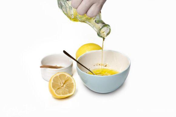 Оливковое масло соединить с лимонным соком, горчицей, уксусом и медом, посолить, поперчить и перемешать. Чеснок мелко порубить и добавить к заправке.