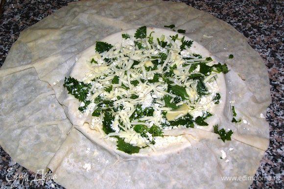 На центр (т.е. на тарелку) выкладываем любую начинку. Варианты тут могут быть разные: отварной картофель+зелень+сыр, фарш+лук, кабачок+брынза+сыр; шпинат+брынза+сыр; ветчина+сыр или то, что у вас завалялось в холодильнике. Единственное скажу, что сыр добавлять почти всегда кстати, потому что при жарке он так вкусно плавится и растекается внутри, что устоять невозможно. Очень вкусно, кстати, просто лепешка с сыром. Часто есть в меню турецких кафе.