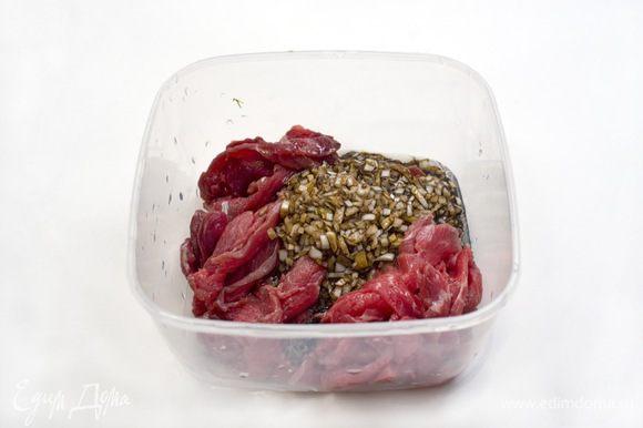 Нарезанное мясо поместить в пластиковый контейнер. Чеснок, лук и имбирь натереть на мелкой терке, добавить 75 мл соевого соуса, 50 мл кунжутного масла, все перемешать и вылить в контейнер с мясом. Поставить в холодильник на 1 час.