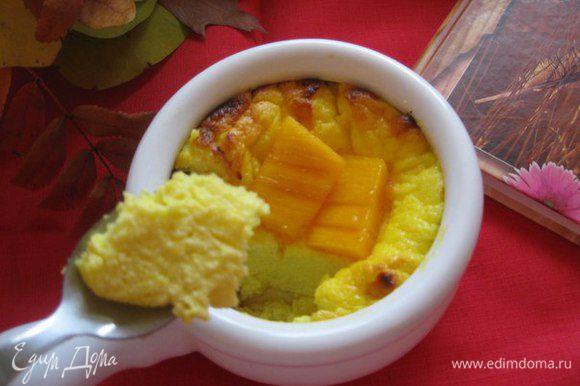 Готовый творожный завтрак украшаем кусочками хурмы или других фруктов. Приятного аппетита!