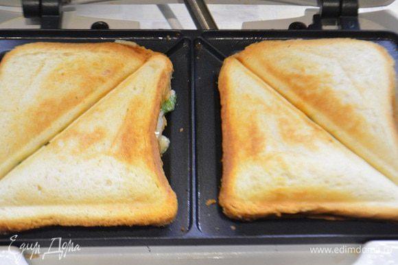 Опустить крышку и готовить около 2-5 минут. В зависимости от степени поджаривания!