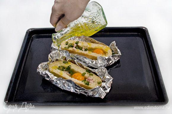 Смазать края хлеба оливковым маслом и отправить в духовку на 15 минут.
