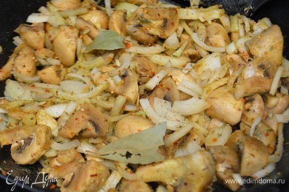 К грибам добавить лук, чеснок и специи, перемешать. Обжарить 2-3 минуты, периодически помешивая.