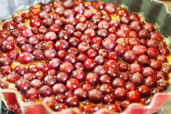 Как только появятся пузыри, добавить крыжовник (или другую ягоду) и хорошенько перемешать, встряхивая форму, чтобы сироп покрыл все ягодки.
