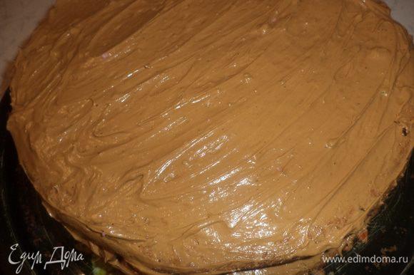 Коржи, бока и верх торта смазать кремом.