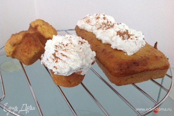Смешайте сливочный сыр с сахарной пудрой и ванильной эссенцией. Покройте кексы и присыпьте корицей.