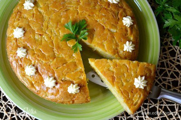 При подаче можно пофантазировать и украсить верх пирога майонезом или сметаной. Приятного аппетита!