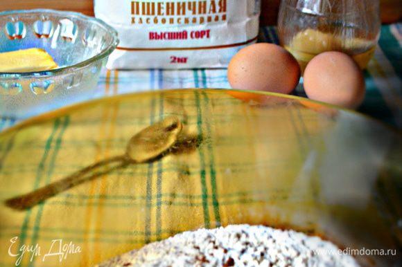 Просеять в миске сухие ингредиенты — муку, соду, соль, мускатный орех, кориандр.