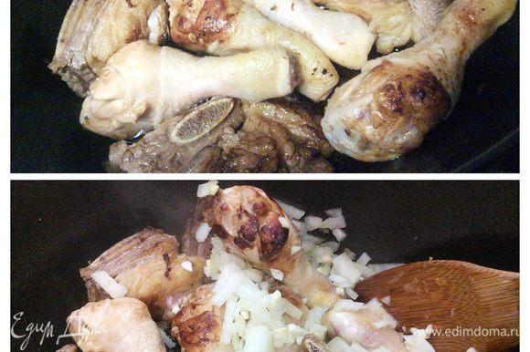 В кастрюле с толстыми дном разогреть масло и обжарить мясо до золотистой корочки (маринад не вливаем). Добавить мелко порубленный лук и чеснок и обжарить все вместе в течении 4-5 минут.