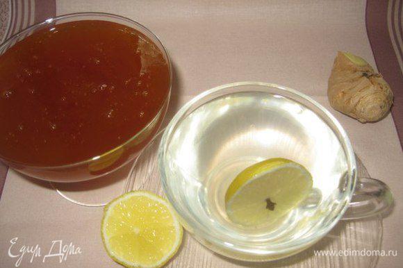 Наливаем в чашку и добавляем мед. Будьте здоровы и теплых вам зимних вечеров!