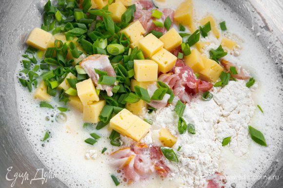 """Муку просеять вместе с разрыхлителем. Добавить нарезанную грудинку, сыр и лук. Тщательно перемешать. С сыром """"Брест-Литовск"""" пирог получится очень аппетитным!"""