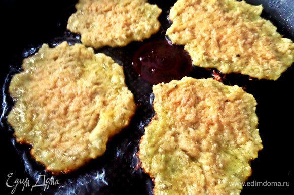 Теперь жарим как вы любите. Мы любим тонкие, поэтому разравниваю их на сковороде ложкой. Да и жарятся так быстрее!