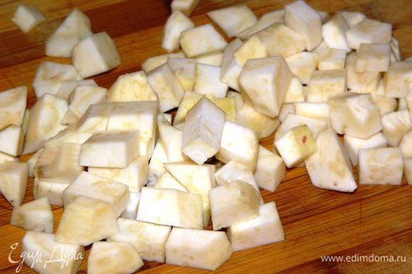 Крупный корень сельдерея также очистить и нарезать кубиками.