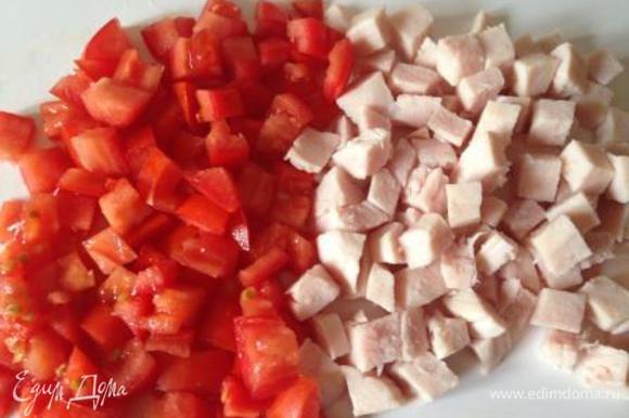 Ветчину, помидор мелко нарезать.