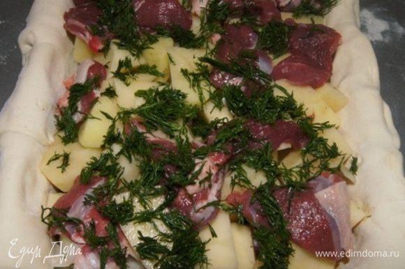 Выкладываем баранину, картофель и лук слоями. Солим, перчим и присыпаем свежим рубленым укропом.
