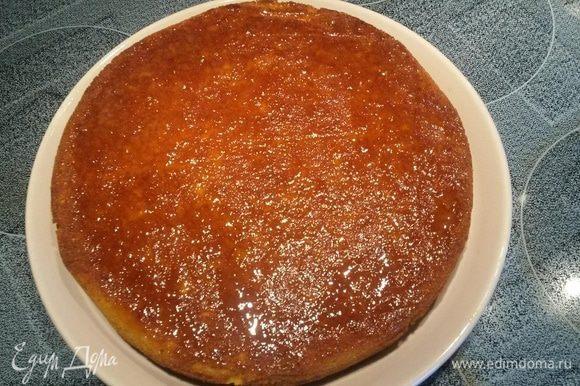 Полить пирог полученной глазурью. По желанию украсить «стружками» цедры или дольками апельсина (сваренными в глазури).