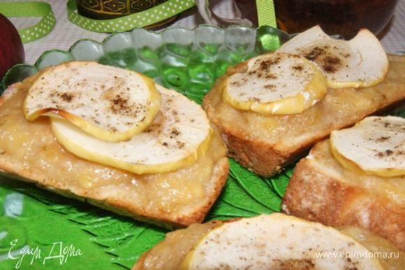 Запекать на пергаменте, в разогретой до 220°С духовке около 10 минут. Яблочки станут мягче и будут напоминать вяленые, а хлеб станет золотистым. Заварите свой любимый чай и вкусно позавтракайте!