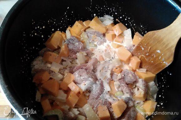 Овощи и мясо складываем в чашу мультиварки, солим и перчим по вкусу, заливаем сливками, тщательно перемешиваем.