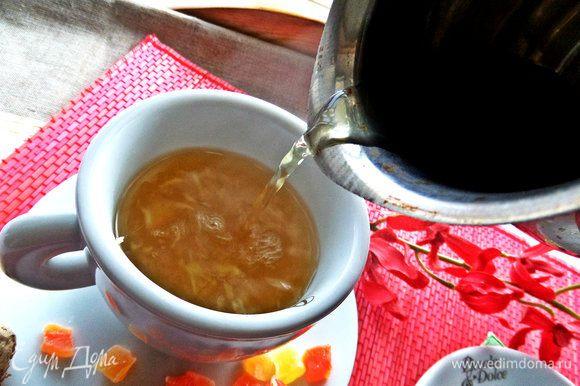 Чай бледный, приятного кремового цвета, слегка мутноватый от имбиря.