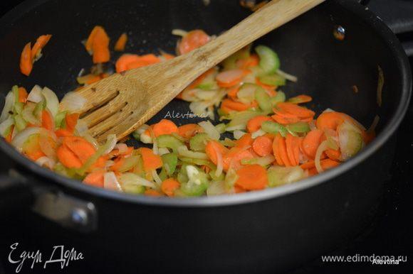 Вылить 1 ст. л. масла на сковороду, добавить морковь, сельдерей, лук тонко порезанный. Готовить 3 мин.