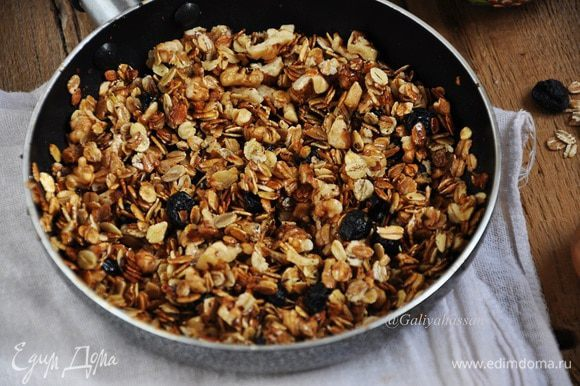 Растопить в глубокой сковороде кокосовое масло, всыпать хлопья и обжаривать до коричневого цвета и приятного запаха.