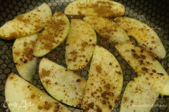 На закуску — сладкий венский омлет. Нарезать тонкими пластинками яблоко и протомить его на сковороде в растопленном масле с корицей и коричневым сахаром.